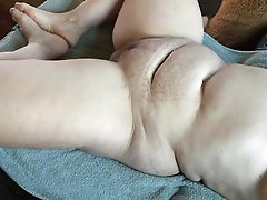 Shocking older bitch fingering herself