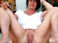 Unbelievable older dame playing with her holes