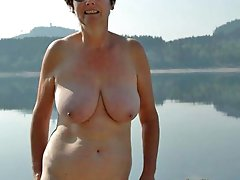 Delicious mature chick posing naked on cam